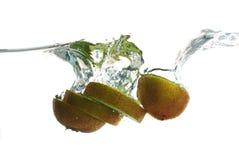 plaska vatten för fruktkiwi Fotografering för Bildbyråer