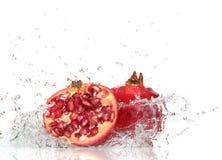 plaska vatten för saftig pomegranate Royaltyfria Bilder