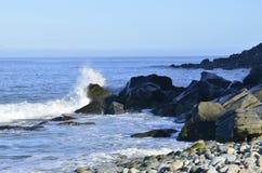 Plaskande havvåg på den steniga kusten Baja, Mexico Royaltyfria Bilder