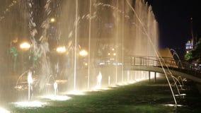 Plaskande upplyst springbrunn, vattenshow på den Batumi boulevarden, stadsgränsmärke lager videofilmer