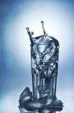 Plaskande vatten av is i ett kallt exponeringsglas av vatten Royaltyfria Bilder