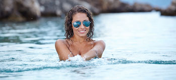 plaskande vatten för bikinimodell Royaltyfria Foton