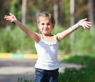 Plaskande vatten för flicka på parkera Fotografering för Bildbyråer