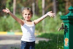Plaskande vatten för flicka på parkera Arkivbilder