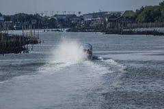 Plaskande vatten från en fiskebåt royaltyfria foton