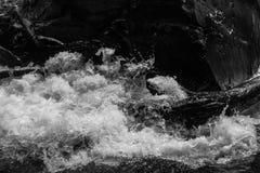Plaskande vatten i BW Royaltyfri Foto