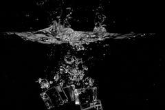 Plaskande vatten på svart bakgrundsbruk som naturlig bakgrund Royaltyfri Fotografi