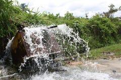 Plaskande vatten på upsidedownspårvagnen Arkivfoton