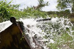 Plaskande vatten på upsidedownspårvagnen Fotografering för Bildbyråer