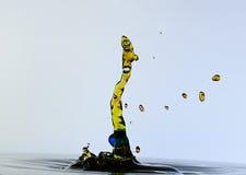 Plaskande vattendroppar och format en orm Royaltyfri Fotografi