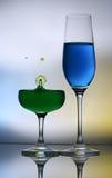 Plaskande vattendroppar på vinexponeringsglas Arkivfoton