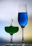 Plaskande vattendroppar på vinexponeringsglas Royaltyfri Foto