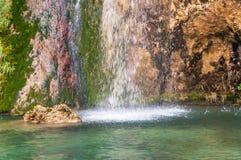 Plaskande vattenfall Arkivbild