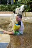 Plaskande vattenspringbrunn Arkivfoto
