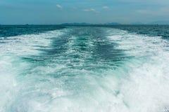 Plaskat ut bevattna från motorn av skeppet Royaltyfri Fotografi
