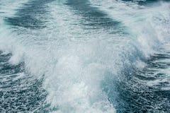 Plaskat ut bevattna från motorn av skeppet Fotografering för Bildbyråer