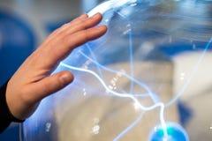 Plasma elettrico dei prodotti della sfera con le scintille ed il bullone del blu Scienc immagine stock libera da diritti