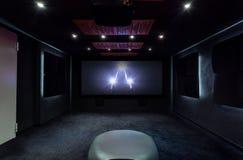 Plasma TV sulla parete immagini stock