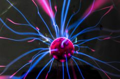 Plasmaball mit magentarot-Blauem Lizenzfreies Stockfoto