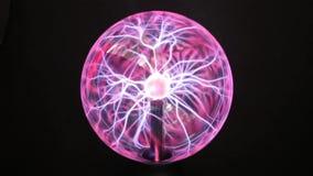 Plasmaboll - en genomskinlig sfär fyllde med förtunnad inert gas Slowmotion av handhandlag plasmabollen mot a vektor illustrationer