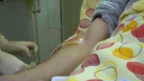 Plasmaferesi Pulendo il sangue dei patient's tramite il dispositivo Un infermiere rimuove un catetere dalla vena di un paziente stock footage