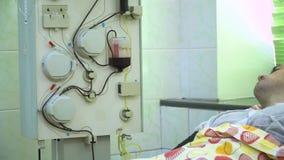 Plasmaferesi Pulendo il sangue del paziente tramite il dispositivo Il processo di eliminazione del plasma sanguigno dal video d archivio