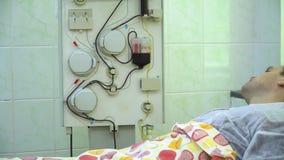 Plasmaferesi Pulendo il sangue del paziente tramite il dispositivo Il processo di eliminazione del plasma sanguigno dal stock footage