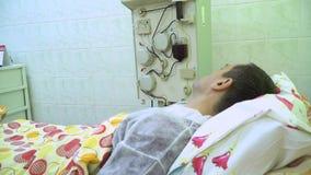 Plasmaferesi Pulendo il sangue del paziente tramite il dispositivo Il processo di eliminazione del plasma sanguigno dal archivi video
