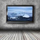 Plasmafernseher auf der Wand des Raumes Stockbild