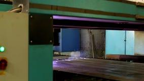 Plasmaklipp av metall på en automatisk laser-maskin, den bitande maskinen för laser-plasma för att klippa särar från metall arkivfilmer