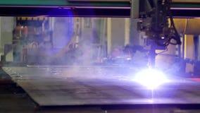 Plasmaklipp av metall på en automatisk laser-maskin, den bitande maskinen för laser-plasma för att klippa särar från metall lager videofilmer