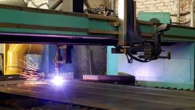 Plasmaklipp av metall på en automatisk laser-maskin, den bitande maskinen för laser-plasma för att klippa särar från metall stock video