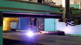 Plasmaknipsel van metaal op een automatische lasermachine, de snijmachine van het laserplasma om delen van metaal te snijden stock video