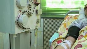 Plasmapheresis Het schoonmaken van het bloed van de patiënt door het apparaat Het proces om bloedplasma uit te verwijderen stock footage
