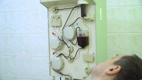 Plasmapheresis Het schoonmaken van het bloed van de pati?nt door het apparaat Het proces om bloedplasma uit te verwijderen stock videobeelden