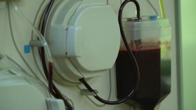 Plasmapheresis Het schoonmaken van het geduldige s-bloed door het apparaat Het proces van afscheiding van bloedplasma van stock footage