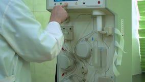 Plasmapheresis Het schoonmaken van het patient'sbloed door het apparaat Het proces van afscheiding van bloedplasma van stock video
