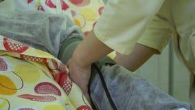 Plasmapheresis Het schoonmaken van het patient'sbloed door het apparaat Het proces van afscheiding van bloedplasma van stock videobeelden