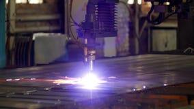 Plasmaschneiden des Metalls auf einer automatischen Laser-Maschine, Laser-Plasmaschneidenmaschine für den Schnitt zerteilt vom Me stock video footage