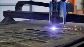 Plasmaskärare Fungerar robotic industriell utrustning för plasma med metallarket arkivfilmer