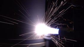 Plasmavuren met een laser op een metaaldeel stock videobeelden