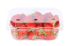 Plast- ask med jordgubbar på vit Arkivbilder