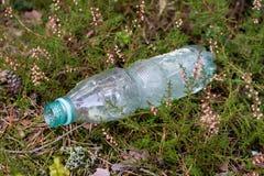 Plast- avfall i den skog stoppade naturen Plast- behållare ly Arkivbild