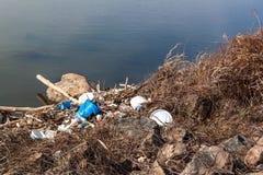 Plast- avfalls på sjökusten i Tjeckien ekologisk miljöfotoförorening för kris Återvinning av plast- avfalls arkivbild