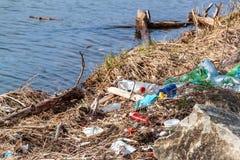 Plast- avfalls på sjökusten i Tjeckien ekologisk miljöfotoförorening för kris Återvinning av plast- avfalls arkivfoto
