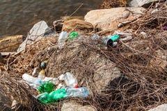 Plast- avfalls på sjökusten i Tjeckien ekologisk miljöfotoförorening för kris Återvinning av plast- avfalls royaltyfria bilder