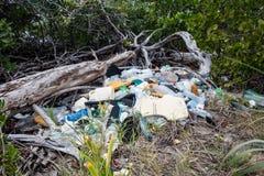 Plast- avskräde i mangrove Royaltyfri Fotografi