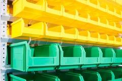 Plast- behållare på det moderna lagret för liten lagring för stycke av gods arkivfoton