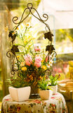 Plast- blomma på tabellen, tappningblick, stilleben Royaltyfri Bild