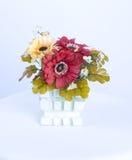 Plast- blommar garnering i vas Fotografering för Bildbyråer